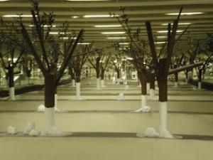 """Το έργο """"Υπόγειο Δάσος"""" του Τσόκλη στο Σταθμό """"Εθνική Άμυνα"""" του Μετρό."""