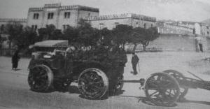 Στρατιωτικό όχημα έξω από τις Φυλακές Αβέρωφ το Μεσοπόλεμο