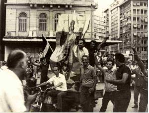 """Πολίτες ζητωκραυγάζοντας το """"Ερχεται"""" στην Πλατεία Ομονοίας την 24η Ιουλίου 1974."""