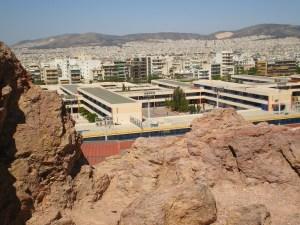 Το σχολικό συγκρότημα της Γκράβας σε πανοραμική φωτογραφία από τον ομώνυμο λόφο των Πατησίων.