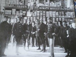Αξιωματικοί του Στρατού στο εσωτερικό του καταστήματος Πάλλη την περίοδο των Βαλκανικών Πολέμων.