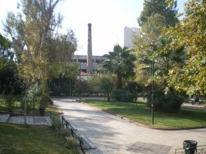 """Το Πάρκο """"Τρεις Αστέρες"""" στον Άγιο Ελευθέριο με το παλιό φουγάρο του εργοστασίου."""