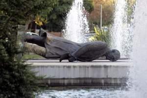 Η τελευταία πτώση του αγάλματος Τρούμαν το 2007.