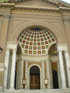 Η κύρια είσοδος του Αγίου Διονυσίου Αρεοπαγίτη στην οδό Σκουφά.