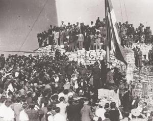 Η επίσημη έπαρση της Σημαίας στην Ακρόπολη μετά την Απελευθέρωση το 1944.
