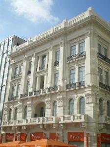 Το κτίριο στη γωνία της Καραγεώργη Σερβίας όπου ο Γ. Παπανδρέου εκφώνησε το Λόγο της Απελευθέρωσης το 1944.
